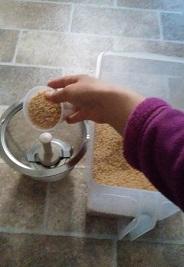 玄米を入れます