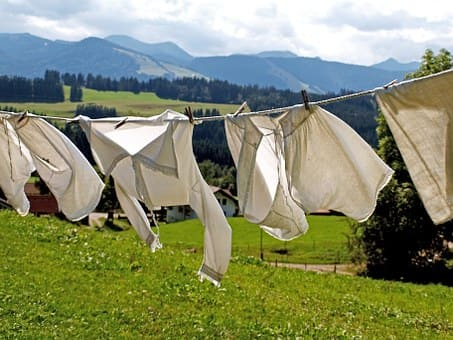 洗濯物が風に揺れている